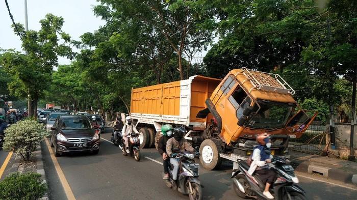 Ciputat macet karena ada truk mogok
