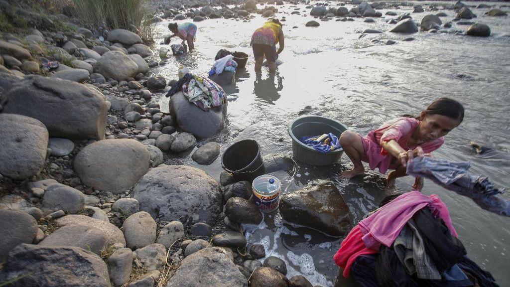 Sumur Mengering, Warga Jonggol Manfaatkan Air Sungai untuk MCK
