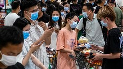 Setelah berbulan-bulan nol kasus, otoritas kesehatan China melaporkan tujuh kasus infeksi lokal COVID-19 di Wuhan. Akibatnya, jutaan orang dites COVID-19.