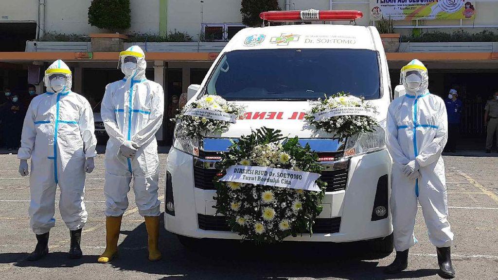 Khofifah Pimpin Penghormatan Terakhir untuk Direktur Penunjang Medik RSU Soetomo