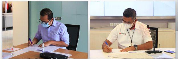 Direktur Strategic Portfolio Telkom Budi Setyawan Wijaya (kiri) dan Direktur Utama Mitratel Theodorus Ardi Hartoko saat penandatanganan Akta Inbreng & Head of Agreement penyertaan modal berupa aset (inbreng) 798 menara telekomunikasi dari Telkom ke Mitratel untuk memperkuat bisnis penyediaan menara telekomunikasi di Jakarta, Senin (2/8).