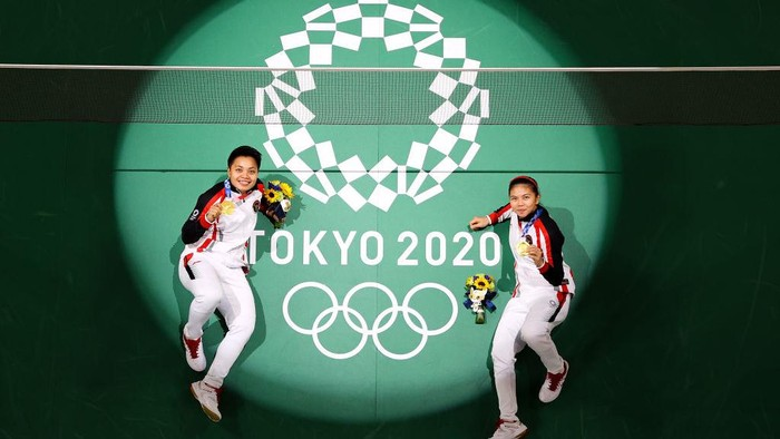CHOFU, JAPAN - AUGUST 02: Gold medalists Greysia Polii and Apriyani Rahayu of Team Indonesia pose for photo on the badminton court on day ten of the Tokyo 2020 Olympic Games at Musashino Forest Sport Plaza on August 02, 2021 in Chofu, Tokyo, Japan. (Photo by Richard Heathcote/Getty Images)