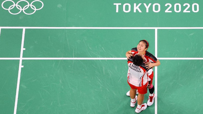 CHOFU, JAPAN - AUGUST 02: Greysia Polii(right) and Apriyani Rahayu of Team Indonesia celebrate as they win against Chen Qing Chen and Jia Yi Fan of Team China during the Women's Doubles Gold Medal match on day ten of the Tokyo 2020 Olympic Games at Musashino Forest Sport Plaza on August 02, 2021 in Chofu, Tokyo, Japan. (Photo by Richard Heathcote/Getty Images)