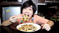 Bikin Okonomiyaki Campur Indomie, YouTuber Jepang: Rasanya Enak Banget!