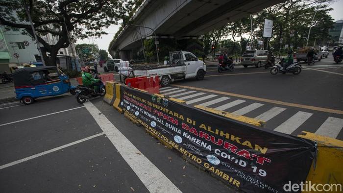 Sejumlah pengendara kendaraan bermotor menerobos celah penyekatan Jalan Jatibaru Raya saat masa Pemberlakuan Pembatasan Kegiatan Masyarakat (PPKM) Level 4 di Tanah Abang, Jakarta, Selasa (3/8/2021). Meski menurut Gubernur Anies Baswedan kasus aktif harian COVID-19 Jakarta menurun hampir 100.000 orang dalam dua pekan terakhir, pemerintah masih memperpanjang PPKM Level 4 hingga 9 Agustus 2021 di Ibukota. ANTARA FOTO/Aditya Pradana Putra/rwa.