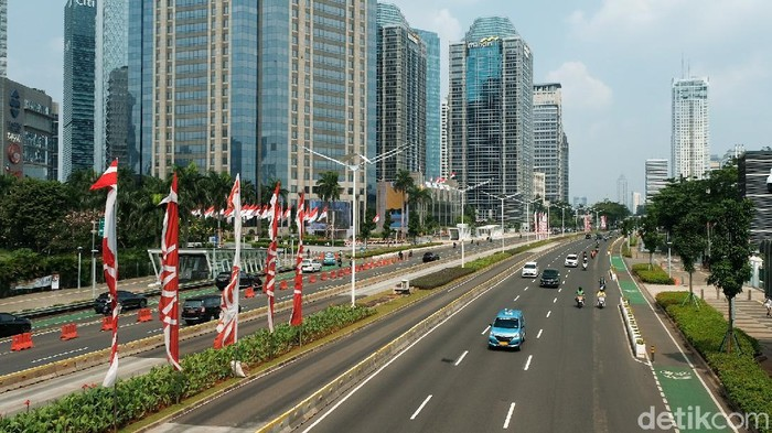 Semarak perayaan Hari Kemerdekaan Indonesia sudah terasa sejak awal bulan Agustus. Beragam ornamen Merah Putih pun tampak hiasi tiap sudut Kota Jakarta.