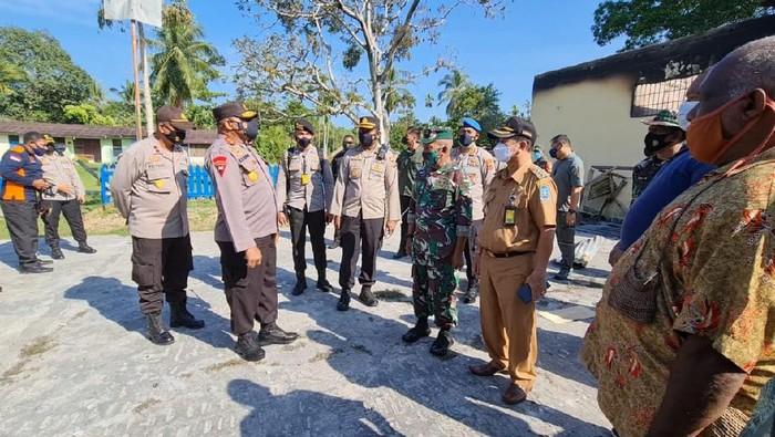 Kapolda Papua Irjen Mathius D Fakhiri mengunjungi Polsek Nimboran yang dibakar sejumlah warga (dok Istimewa)