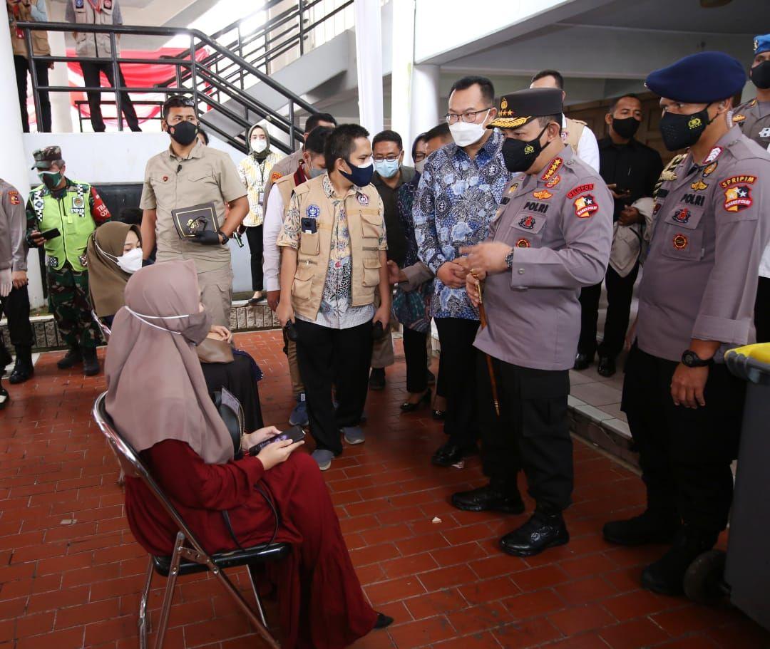 Kapolri Jenderal Listyo Sigit meninjau vaksinasi massal di Kampus IPB