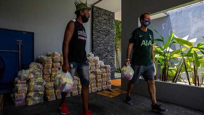 Kasus  COVID-19 di Thailand melonjak imbas varian Delta. Pengusaha ini pun turun tangan memberi bantuan untuk warga Phuket bertahan di tengah pandemi.