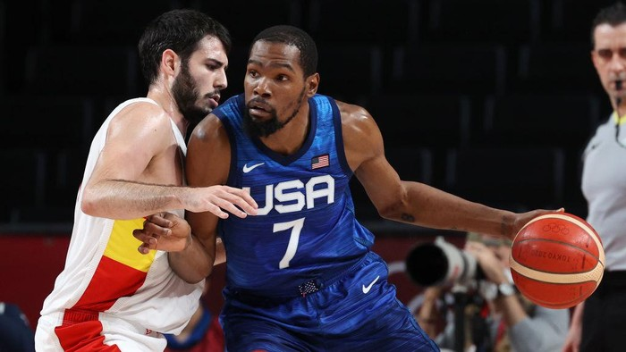 SAITAMA, JAPAN - AUGUST 03: Kevin Durant #7 of Team United States drives to the basket against Alejandro Abrines Redondo #21 of Team Spain during the second half of a Mens Basketball Quarterfinal game on day eleven of the Tokyo 2020 Olympic Games at Saitama Super Arena on August 03, 2021 in Saitama, Japan. (Photo by Kevin C. Cox/Getty Images)