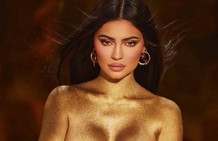 Kylie Jenner pose nyaris tanpa busana.
