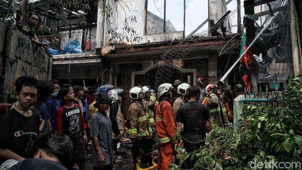 Momen Petugas Damkar Berjibaku Padamkan Kebakaran di Karet Tengsin
