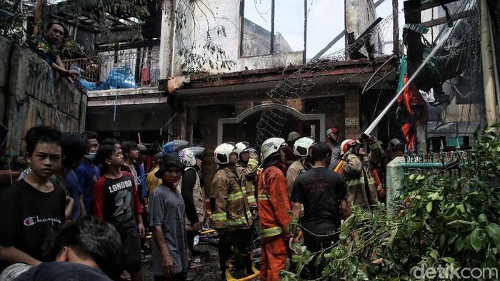 Kebakaran melanda kawasan Karet, Jakarta. Petugas pemadam kebakaran pun dikerahkan untuk memadamkan kobaran api di sana.