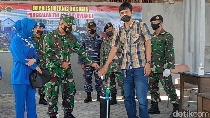 Pangkalan TNI AL Banyuwangi membuka tempat pengisian oksigen bagi warga yang isoman. Oksigen ini diberikan secara cuma-cuma alias gratis.
