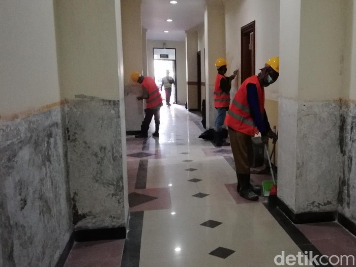 Pekerja merampungkan proyek RS Darurat Corona di asrama haji Donohudan, Boyolali, Selasa (3/8/2021).,