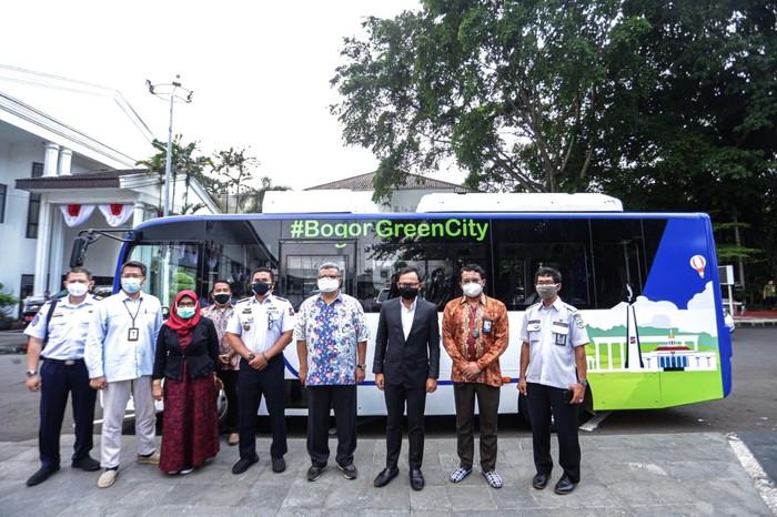 Pemkot Bogor menerima satu unit bus listrik BYD C6 pinjam pakai dari PT Bakrie Autoparts. Rencananya, bus listrik tersebut akan di uji coba yang dikhususkan mengangkut penumpang secara cuma-cuma, alias gratis mulai dari Rabu (4/8) hingga satu bulan ke depan.