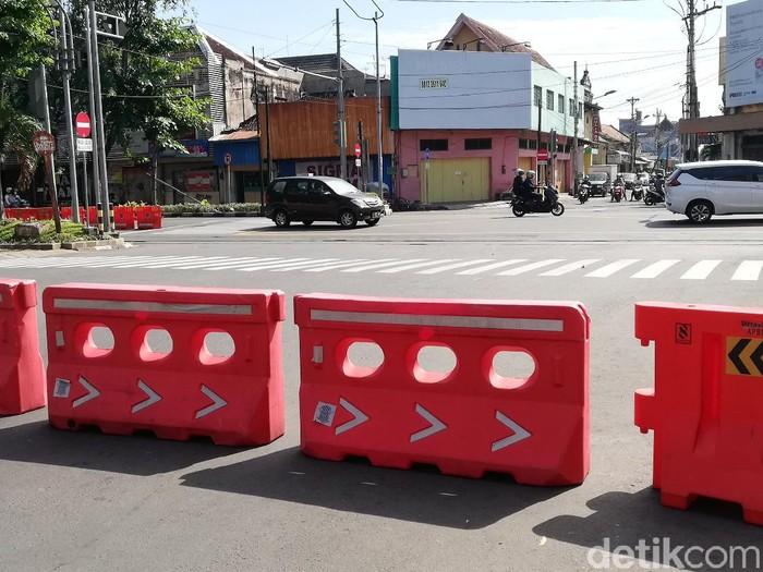 Penutupan Jalan Yos Sudarso, Solo, pada awal PPKM Darurat.