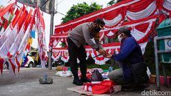 Sepekan Tak Laku, Pedagang Bendera di Mojokerto Ini Tiba-tiba Ketiban Berkah