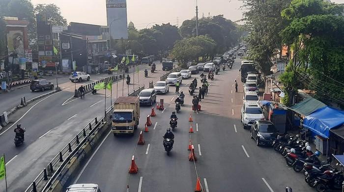 Tidak ada pemeriksaan STRP di pos penyekatan Underpass Basura, Jakarta Timur, pagi ini, Selasa (3/8/2021).