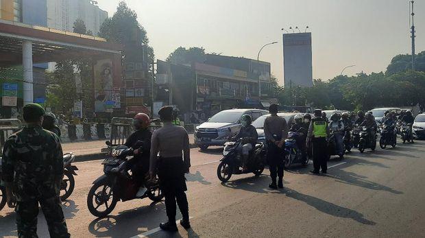 Situasi dan kondisi di pos penyekatan Underpass Basura, Jakarta Timur, Selasa (3/8/2021).
