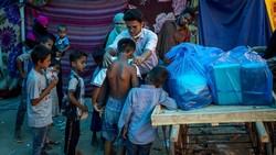 Pandemi COVID-19 berdampak pada seluruh masyarakat dunia, tak kecuali para pengungsi Rohingya. Kini mereka tengah menanti mendapatkan vaksin COVID-19.
