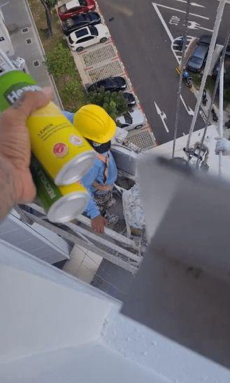 Pria Bagikan Minuman Gratis untuk Pekerja Gondola