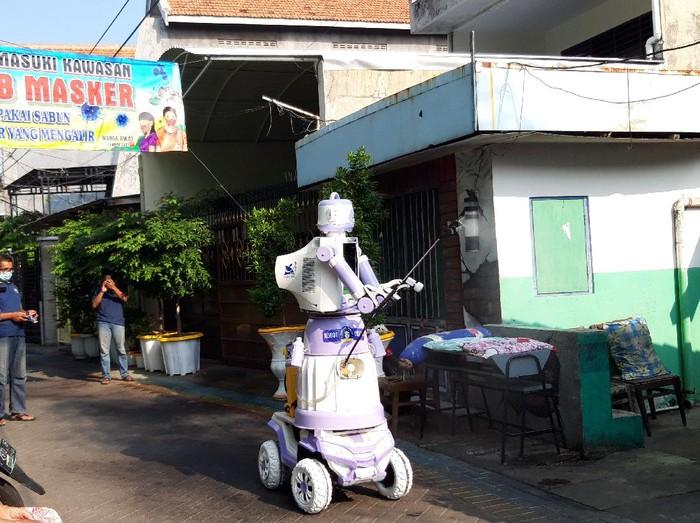 Warga Kampung Pintar di Jalan Tembok Gede III, Kelurahan Bubutan, Surabaya membuat robot multifungsi. Robot tersebut diberi nama Robot Delta.