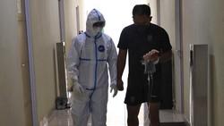 Tenaga kesehatan berada di garis depan penanggulangan pandemi. Dokter ini berbagai kisahnya yang tak gentar rawat pasien meski telah dua kali positif COVID-19.