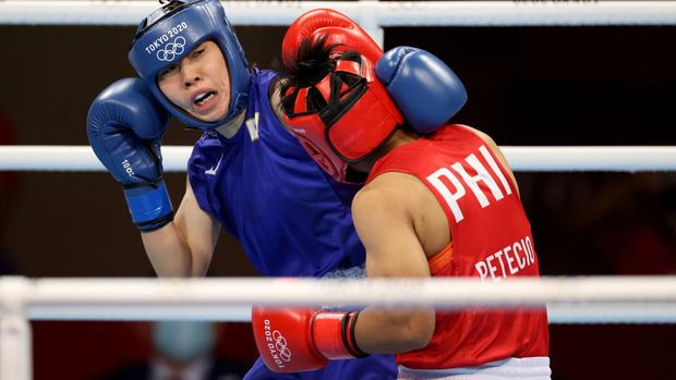 TOKYO, JAPAN - AUGUST 03: Nesthy Petecio (red) of Team Philippines exchanges punches with Sena Irie of Team Japan during the Women's Feather (54-57kg) final on day eleven of the Tokyo 2020 Olympic Games at Kokugikan Arena on August 03, 2021 in Tokyo, Japan. (Photo by Dan Mullan/Getty Images)