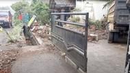 Sopir Ngantuk, Truk Pasir Seruduk Rumah Warga di Tasik