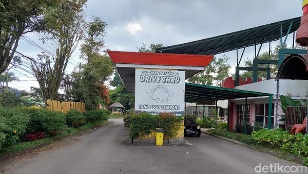 Sentra oleh-oleh Gerai Tahu Susu Lembang yang berlokasi di Jalan Raya Lembang Nomor 177, tak jauh dari Alun-alun Lembang, tampak sepi dan lengang. Biasanya kawasan ini dipadati wisatawan.