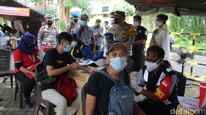 Vaksinasi COVID-19 terus digencarkan di Kota Kediri. Salah satunya oleh polisi dengan menggelar vaksinasi Merdeka.