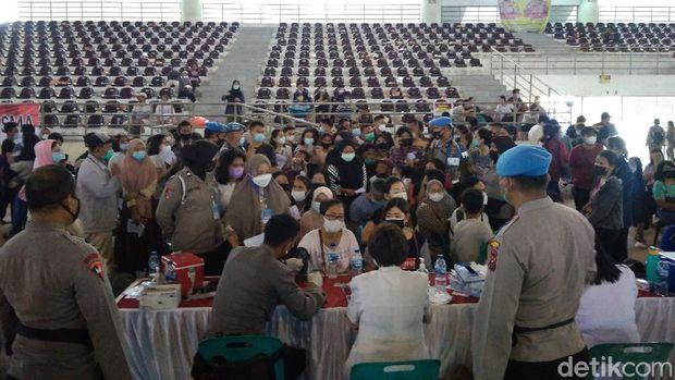 Warga berdesak-desakan ikut vaksinasi di Sumut (Datuk Haris Molana/detikcom)