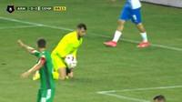 Video: Kiper Tangkap Bola di Tengah Laga, eh Ada Ular di Sampingnya!