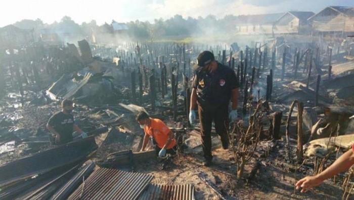 Anggota Inafis Polresta Palangka Raya melakukan olah TKP di Kelurahan Tumbang Rungan, Selasa (3/8/2021). (ANTARA/HO-Polresta Palangka Raya)