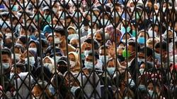 Warga antre untuk melakukan vaksinasi di aula Gedung Serbaguna Pemprov Sumatera Utara, Kota Medan, Selasa (3/8) yang diselenggarakan oleh Polda Sumatera Utara.