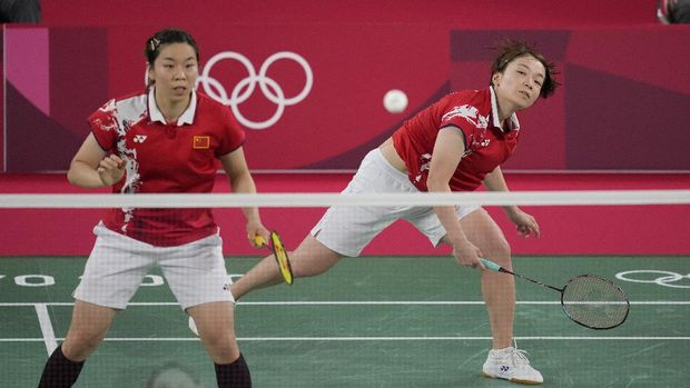 China's Chen Qing Chen and Jia Yi Fan play against South Korea's Kim So-yeong and Kong Hee-yong during their women's doubles group play stage badminton match at the 2020 Summer Olympics, Tuesday, July 27, 2021, in Tokyo, Japan. (AP Photo/Dita Alangkara)