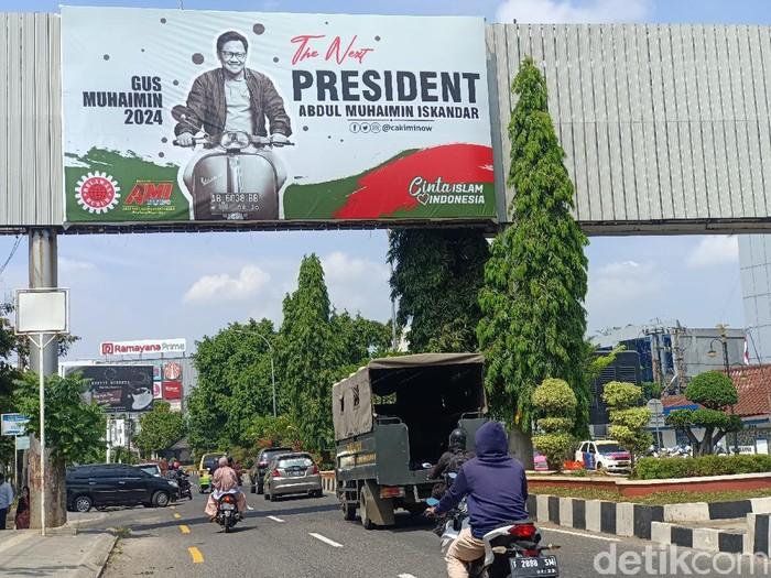 Baliho Muhaimin Iskandar kuasai jalan perkotaan Karawang