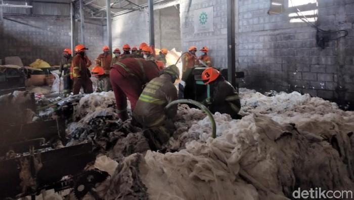 Gudang kapas di Bandung terbakar