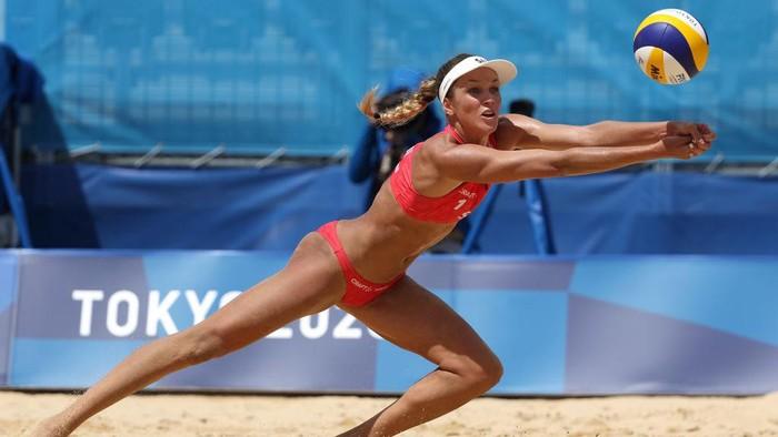 Salah satu cabor yang dipertandingkan di Olimpiade Tokyo adalah voli pantai wanita. Pertandingan yang disiarkan salah satu stasiun televisi di Indonesia itu diprotes salah satu penonton.
