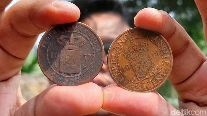 Seratusan keping koin kuno peninggalan zaman Belanda ditemukan warga Kampung Pangkalan Hilir, Desa Cimanggu, Kabupaten Bandung Barat (KBB).