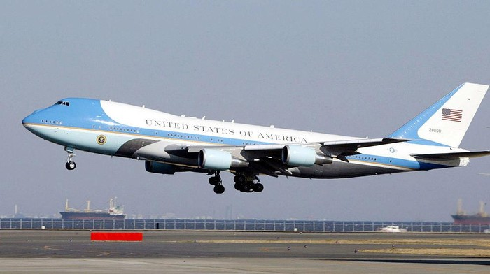 Pesawat Kepresidenan RI yang akan dicat dari biru menjadi merah disoal. Warna pesawat RI sekarang rupanya seperti Air Force One yang mengangkut Presiden AS.