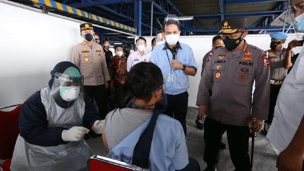 Kapolri Jenderal Listyo Sigit Prabowo meninjau vaksinasi di PT Epson, Kawasan EJIP, Cikarang Selatan, Bekasi, Rabu (4/8).