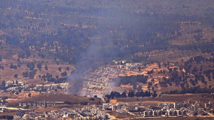 Smoke billows from the northern town of Kiryat Shmona following rocket fire from Lebanon, on August 4, 2021. - Rocket fire from Lebanon hit northern Israel prompting retaliatory shelling, the army said, as tensions rise between Israel and arch foe Iran. (Photo by Jalaa MAREY / AFP)