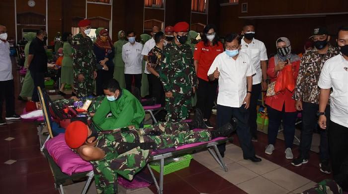 Dalam rangka memperingati HUT ke-76 Republik Indonesia sekaligus meringankan beban masyarakat yang membutuhkan donor darah, Komando Pasukan Khusus (Kopassus) menggelar kegiatan bakti sosial donor darah di Balai Komando Makopassus, Cijantung, Jakarta Timur, Selasa (3/8/2021).