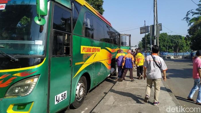 Kuli panggul di Terminal Kampung Rambutan tak bisa menawarkan jasanya karena sepi penumpang