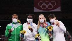 Tim Olimpiade Amerika Serikat tampil serasi menggunakan masker buatan Nike. Sayangnya masker ini tidak memberikan perlindungan efektif layaknya masker medis.