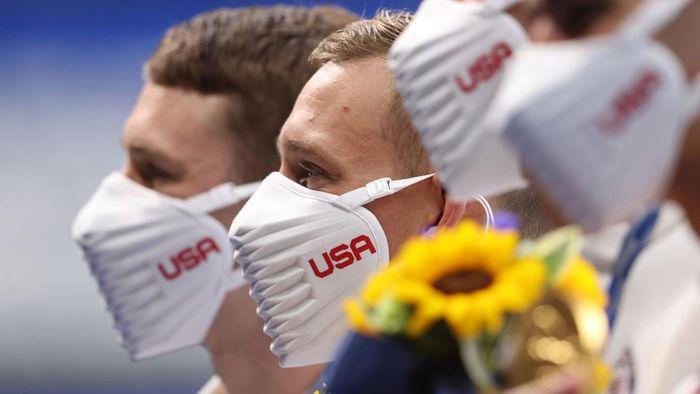 Tim Olimpiade Amerika Serikat tampil serasi dengan menggunakan masker putih yang didesain secara khusus. Namun, rupanya masker tersebut menimbulkan kontroversi dari berbagai pihak.