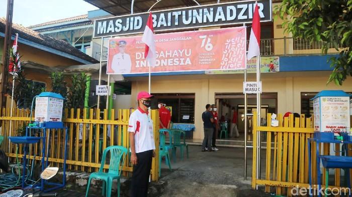 Ada pemandangan berbeda saat vaksinasi di Kudus, Jawa Tengah. Bedanya, vaksinasi COVID-19 bernuansa merah putih untuk menyambut HUT ke-76 Kemerdekaan Indonesia.
