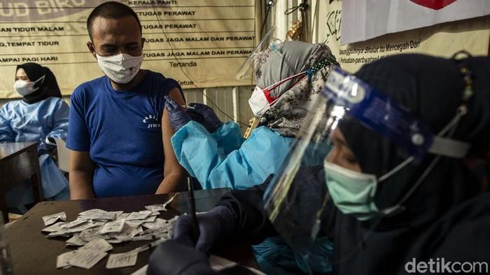Pasien Orang Dengan Gangguan Jiwa (ODGJ) mengikuti vaksinasi di Yayasan Jamrud Biru, Kota Bekasi. Mereka divaksinasi karena masuk dalam kelompok masyarakat yang rentan.